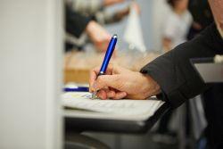 Hand mit Stift, Foto: Jörn Strojny